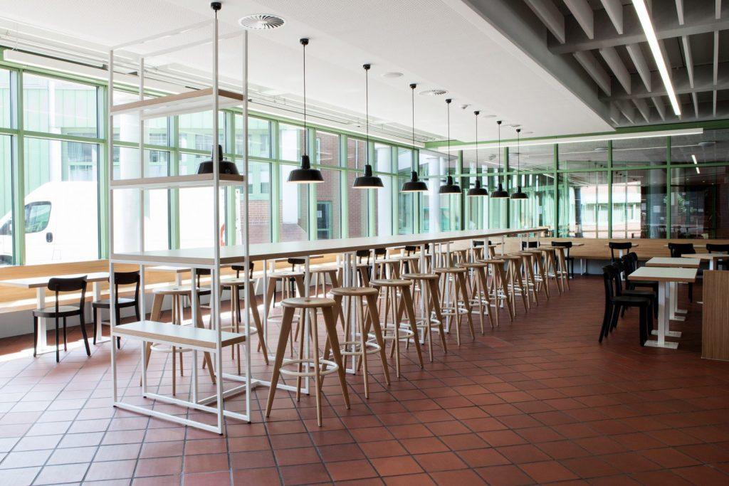 Lange Tafel in der Schulmensa des Berufsschulzentrums Friedrichshafen gestaltet von atelier 522.