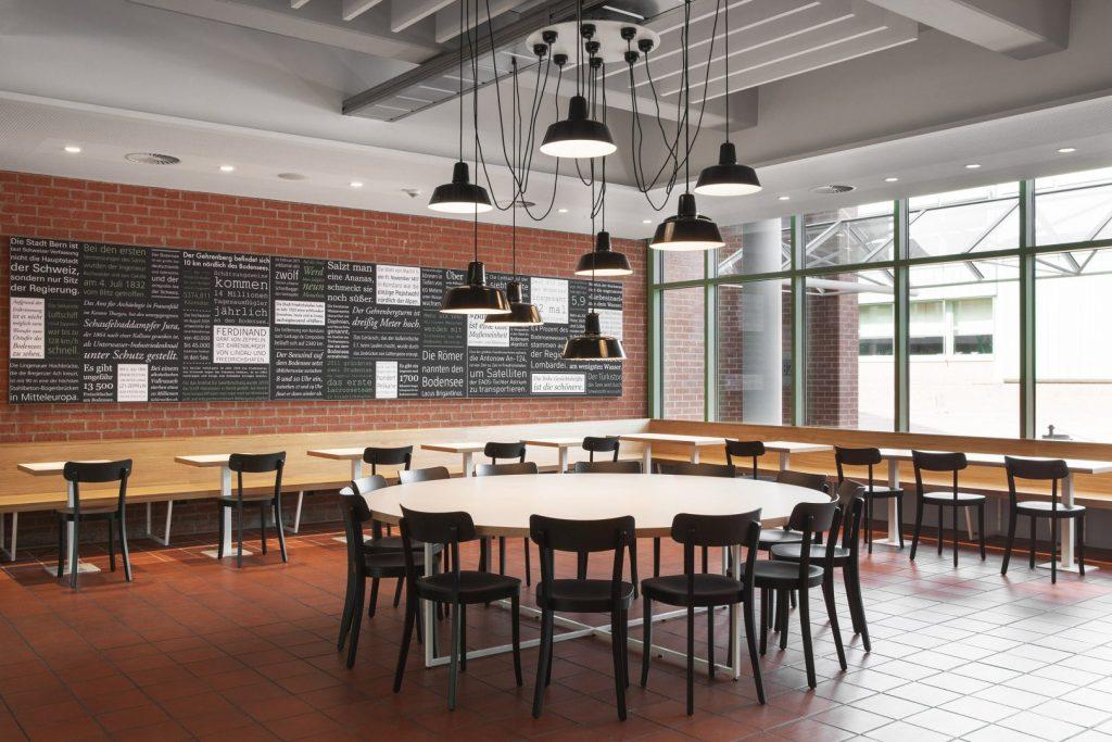 Runder Tisch in der Schulmensa des Berufsschulzentrums Friedrichshafen gestaltet von atelier 522.