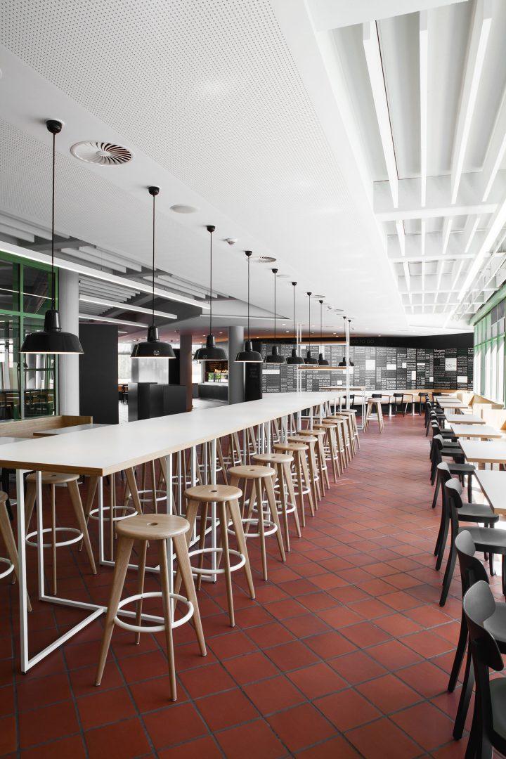 Tisch mit Stühle in der Schulmensa des Berufsschulzentrums Friedrichshafen gestaltet von atelier 522.