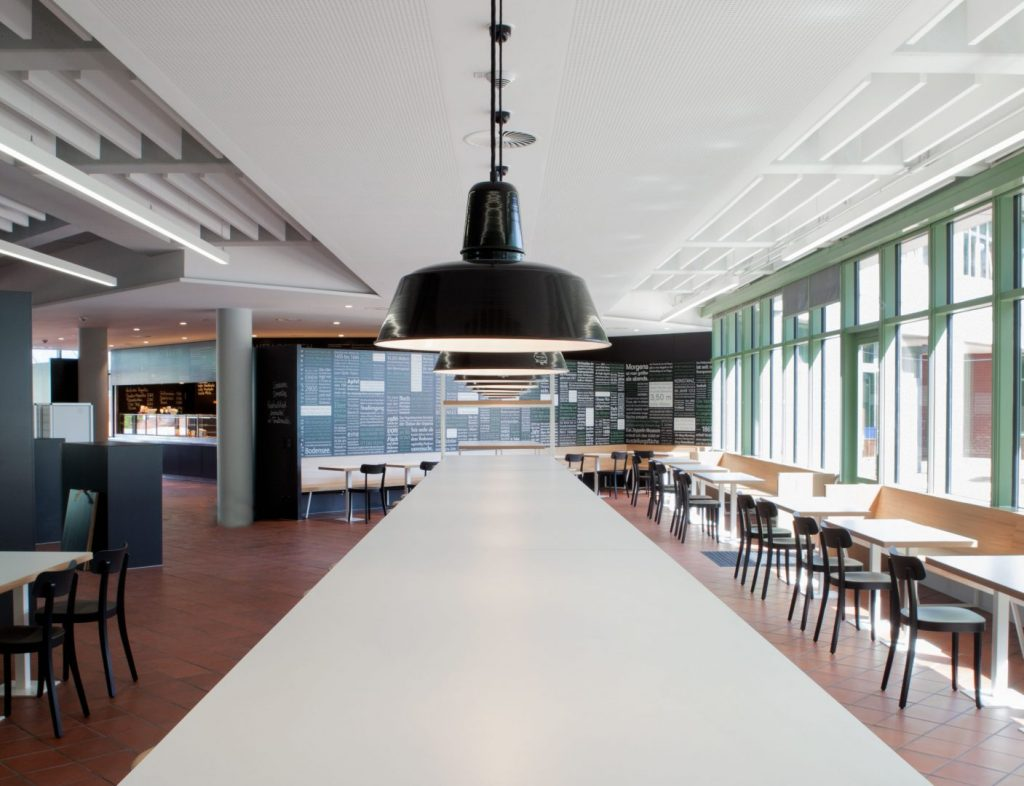Tisch in der Schulmensa des Berufsschulzentrums Friedrichshafen gestaltet von atelier 522.